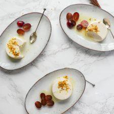 Met slechts 4 ingrediënten maak je dit romige vegan panna cotta met romige smaak en crémige textuur. Serveer met friszure en geurige citroensaus met osmanthus bloemetjes.