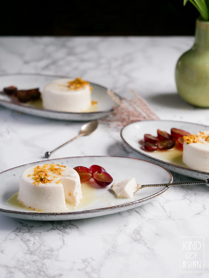 This creamy vegan panna cotta is easy to make. And you only need 4 ingredients: coconut milk, cashew nuts, sugar and agar.