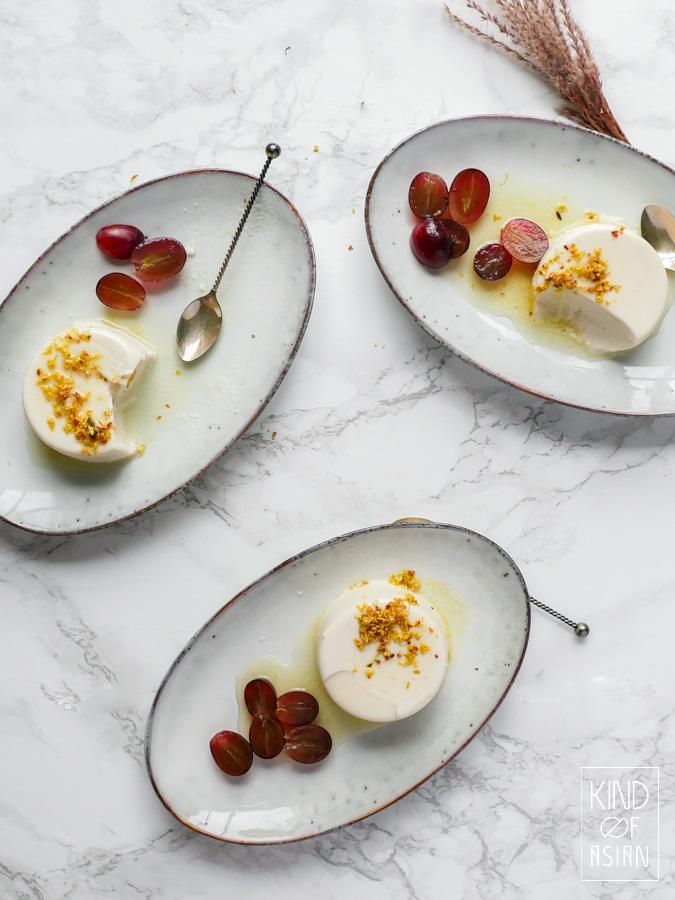 Met slechts 4 ingrediënten maak je deze vegan panna cotta met romige smaak en crémige textuur. Serveer met friszure en geurige citroensaus met osmanthus bloemetjes.