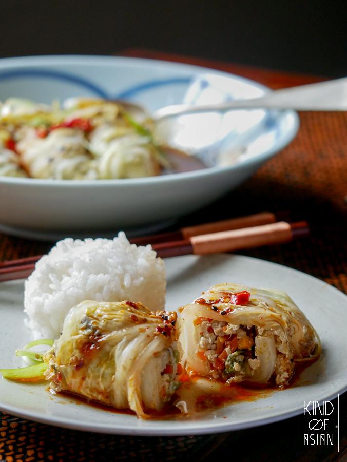 Gestoomde Chinese gevulde koolrolletjes met tofu, groenten en gedroogde shiitakes in een aromatische saus met pittige Sichuan chili-olie.