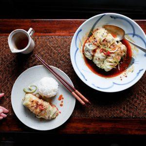 Deze rollen van kool gevuld met tofu en spek zijn de gezonde versie van de gefrituurde Chinese loempia's. Vegan? Vervang het spek door paddenstoelen.
