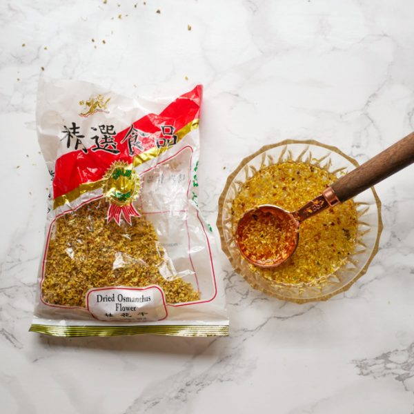 Gedroogde osmanthus bloemen is erg geliefd om de zoete smaak en bloemige geur. Gebruik het als thee of verwerk het in desserts voor een bloemig accent.