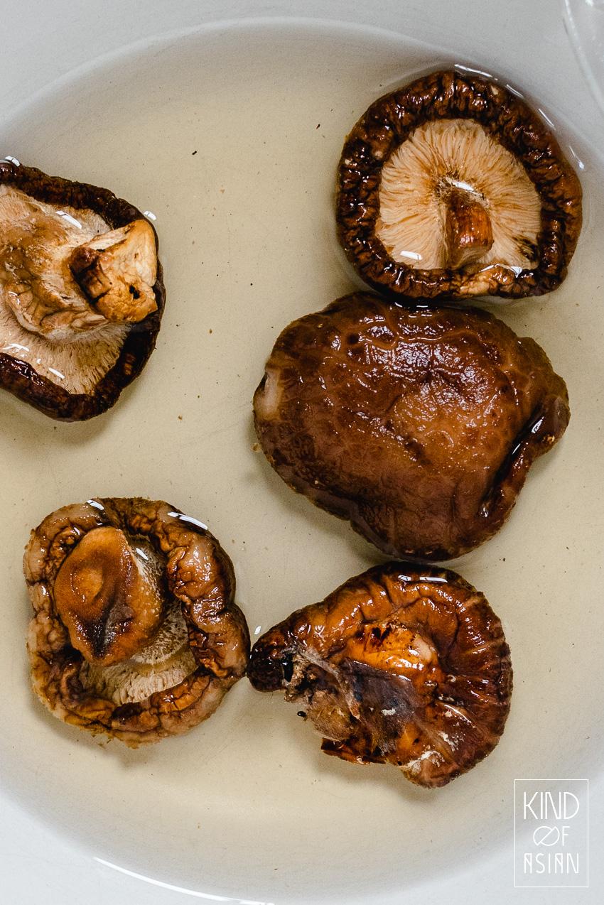 Gedroogde shiitakes zijn vlezig en vol van smaak. Vanwege de stevige bite en de umami wordt dit ingrediënt veelvuldig gebruikt in vegetarische en vegan Aziatische gerechten.