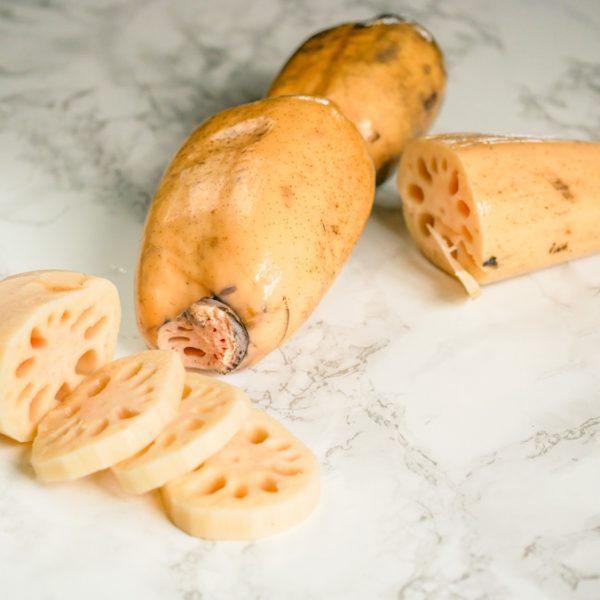 Knapperige, stevige groente: lotuswortel. De neutraal smakende wortel is perfect voor een bite in je roerbak-en stoofgerechten.