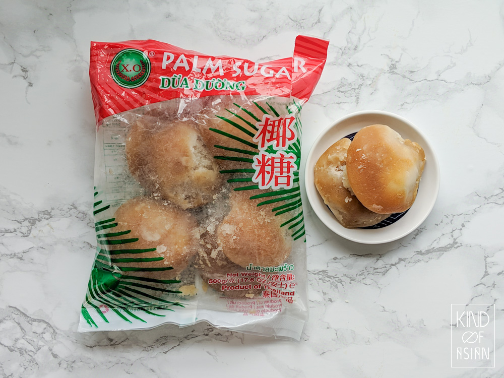 Zachte lichte palmsuiker in schijven worden verkocht in zakjes.