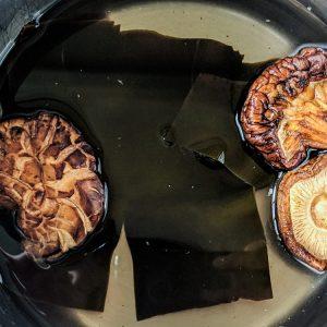Kombu zeewier en gedroogde shiitakes worden enkele uren tot een nacht geweekt in water. Het vocht is de basis van een smaakvolle bouillon.