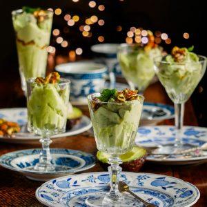 Makkelijk recept voor vegan no-churn avocado-kokosijs met vanille-achtig pandanblad. De zoute karamel-pistache geeft het romige ijs een lekkere crunch.