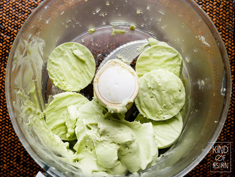 Door de bevroren blokjes vegan avocado-kokosijs te pureren krijg je de textuur van stevig softijs.
