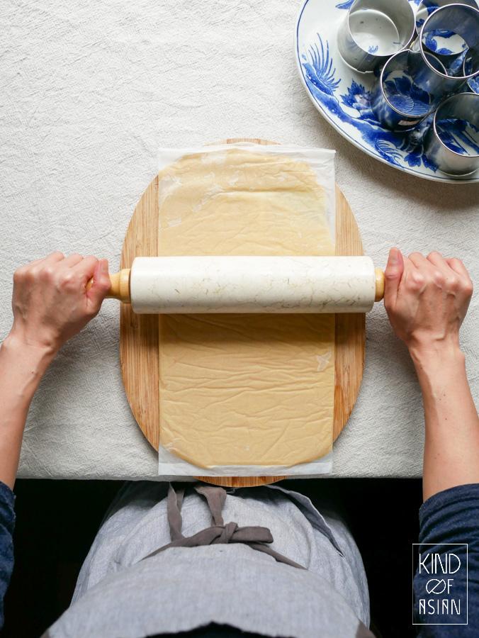 Uitrollen van het vegan koekjesdeeg voor de taartbodem.