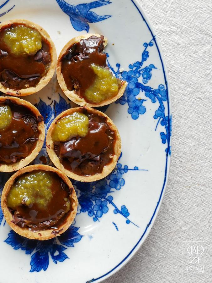 Vegan chocolade ganache taartjes, warme karamel van palmsuiker en verse gemberjam. Alle onderdelen van de taartjes zijn enkele dagen van tevoren te maken.