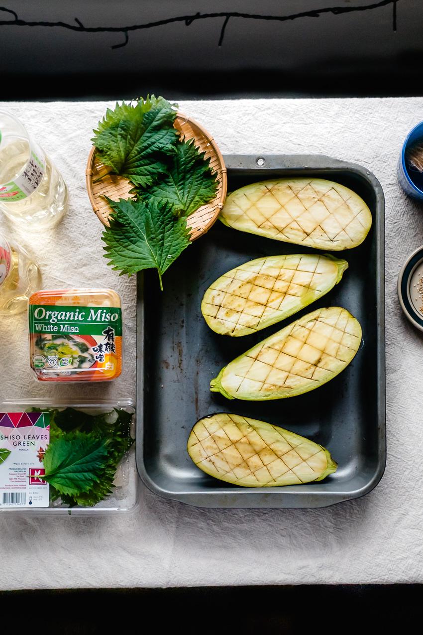 Umami-rijke Japanse miso aubergine: de combinatie van gekaramelliseerde miso, het zachte vlees van de aubergine en shiso-blad is hemels!
