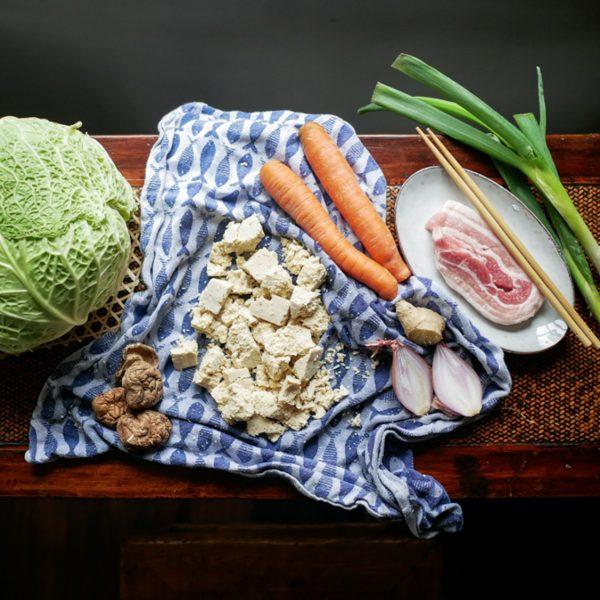 Lekker en toch zonder of minder vlees eten is in de Aziatische keuken geen probleem. De gefermenteerde groenten en sauzen geven de umami die je nodig hebt.