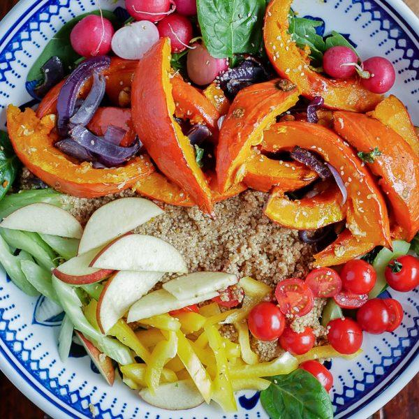 Vegan maaltijdsalade van geroosterde pompoen, rauwkost, granen en miso-yoghurt. Een ideaal gerecht om indruk te maken op je gasten zonder lang in de keuken te hoeven staan!