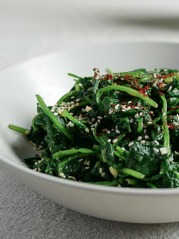 Dit milde Koreaanse bijgerecht van spinazie en sesam is ook geschikt om te serveren met Chinese en Japanse gerechten.
