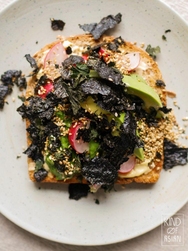 Maak zelf vegan Japans krokant strooisel: furikake met nori, shiso en witte sesam. Strooi furikake over rijst of avocado-toast voor een hartige smaak en een krokant accent.