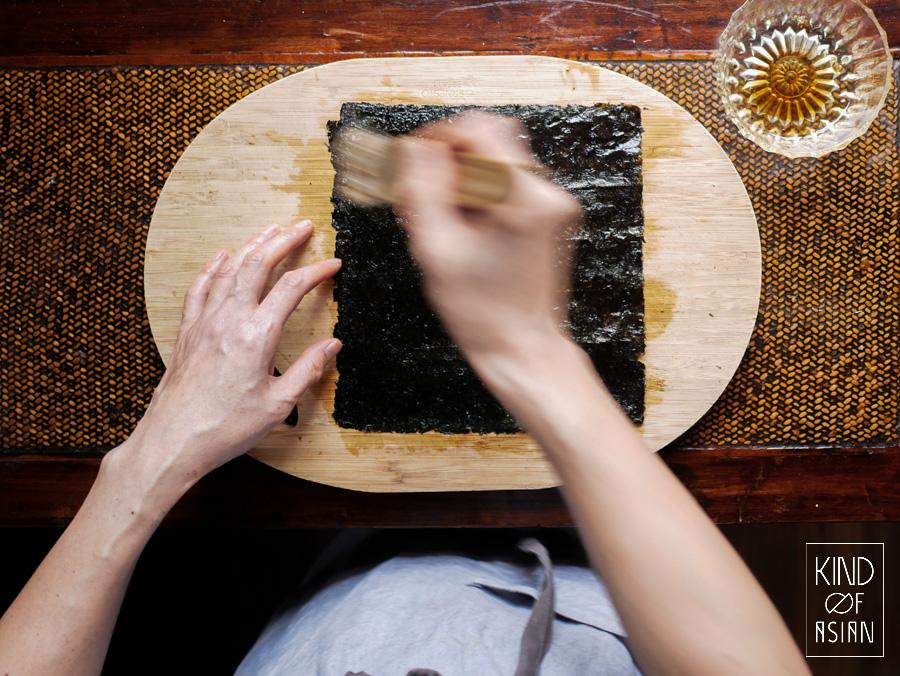 Vellen nori besmeren met een mengsel van sojasaus, sesamolie, zout en mirin. De op smaak gebrachte nori roosteren in een droge koekenpan tot het krokant en verkruimeld kan worden.