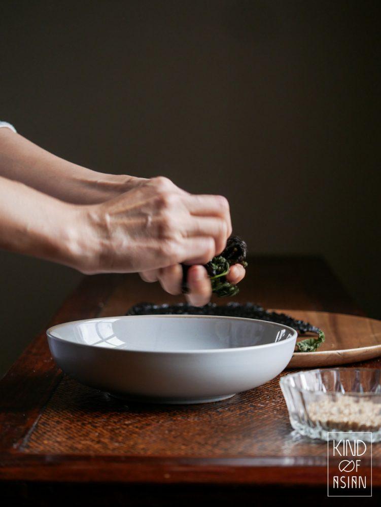 Droog de nori in een koekenpan en verkruimel de krokante nori voor het krokante Japanse strooisel furikake.