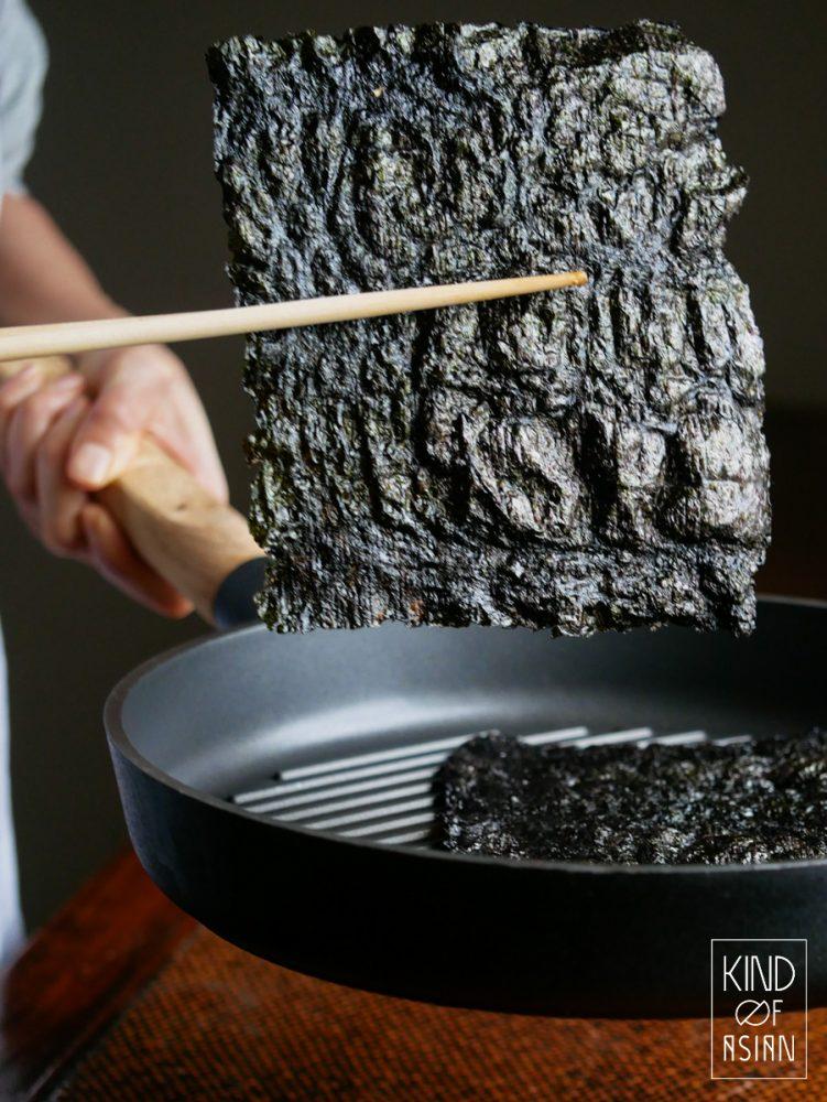 Rooster nori in een droge koekenpan of grillpan krokant.