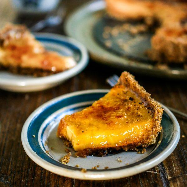 Deze makkelijke vegan no-bake crème brûlée taart is net zo crèmig als de traditionele gebakken versie met eieren en room. En minstens zo lekker! Bovendien maak je hem zonder oven. #vegan #vegetarisch #Aziatisch #nagerecht #dessert