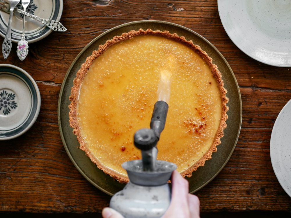 Een krokante suikerlaag branden op een vegan taart.
