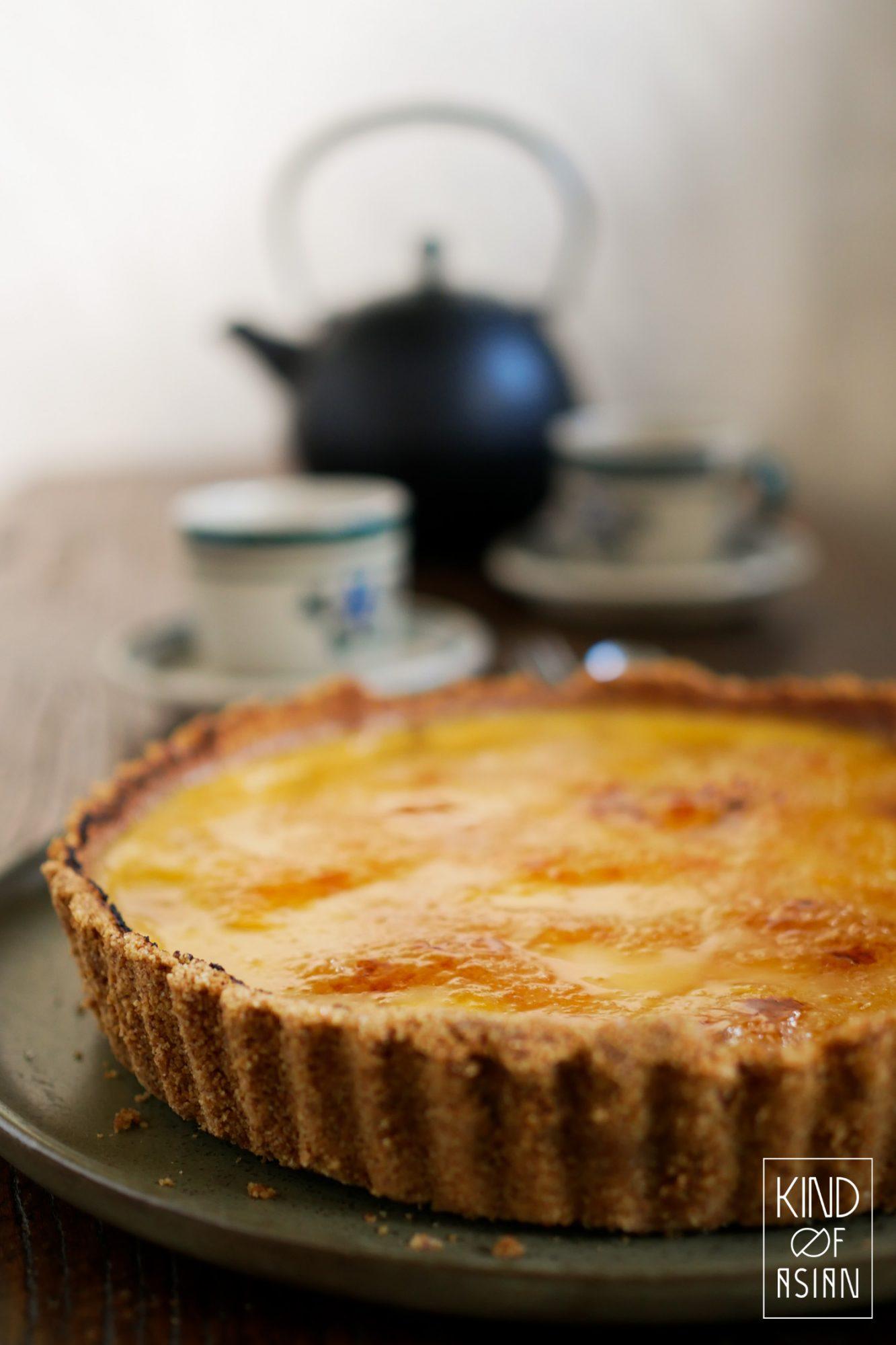 Deze makkelijke vegan no-bake crème brûlée taart is net zo crèmig als de traditionele gebakken versie met eieren en room. En minstens zo lekker!