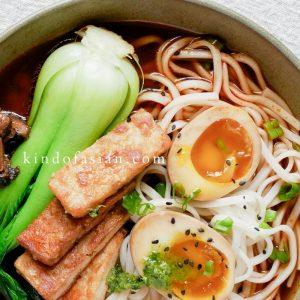 Vegetarische ramen soep met soja ei