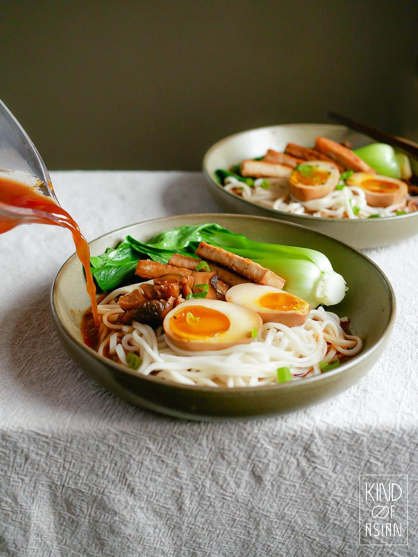 Vegetarische ramen met snelle bouillon, tofu en ei