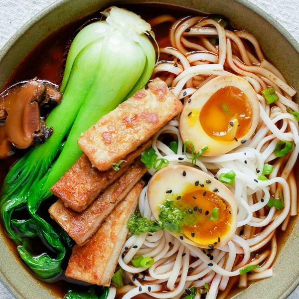 Vegetarische ramen met paksoi, tofu en soja ei