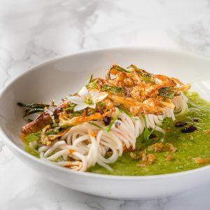 Simpel vegan recept voor krokant gefrituurde enoki en Chinese noedels in een milde saus van lente-ui en gember. Heerlijk voor een doordeweekse bankavond maar het gerecht is spannend genoeg voor een chicetentje!
