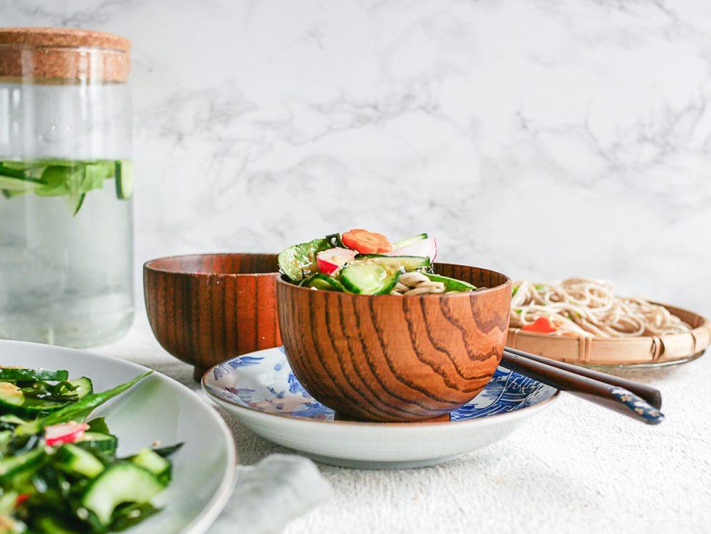 In 20 minuten heb je deze gezonde vegan lunch of diner op tafel: Japanse soba (boekweit) noodles met wakame- komkommersalade in een dressing van miso en gember.