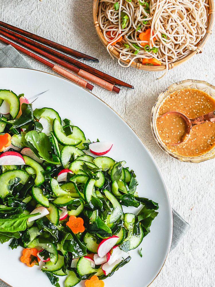 In 20 minuten heb je deze gezonde vegan lunch of diner op tafel: Japanse soba (boekweit) noodles met wakame- komkommersalade in een dressing van miso en gember. #veganjapans #vegan #vegannoodles #vegetarischaziatisch #vegansobanoodles