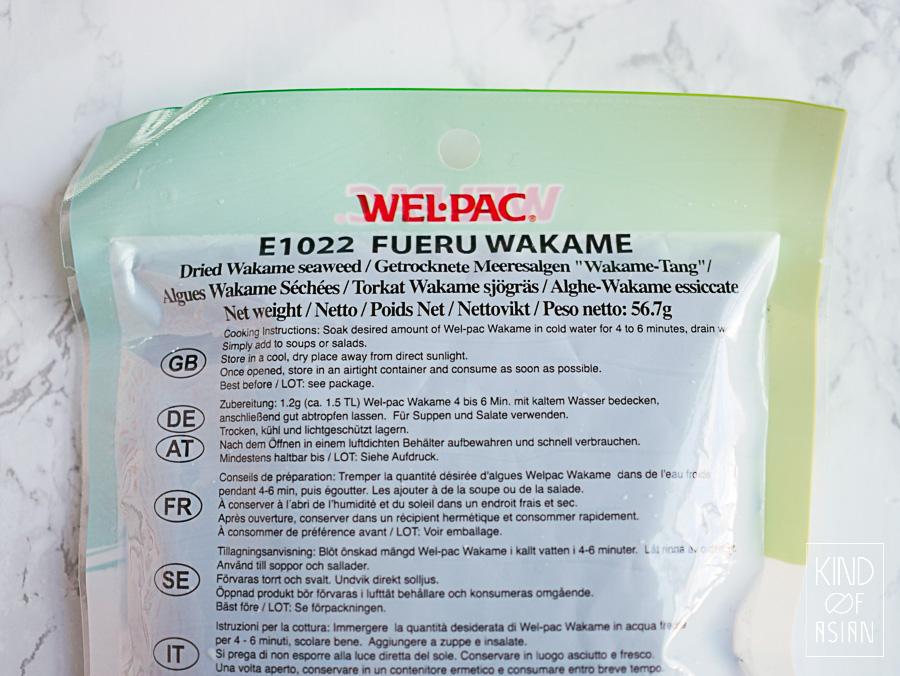 Wakame, krulwier, koop je meestal in gedroogde vorm. Na een paar minuten weken in koud water is het vele malen groter geworden en heeft een beetje glibberig en rubberachtige textuur.