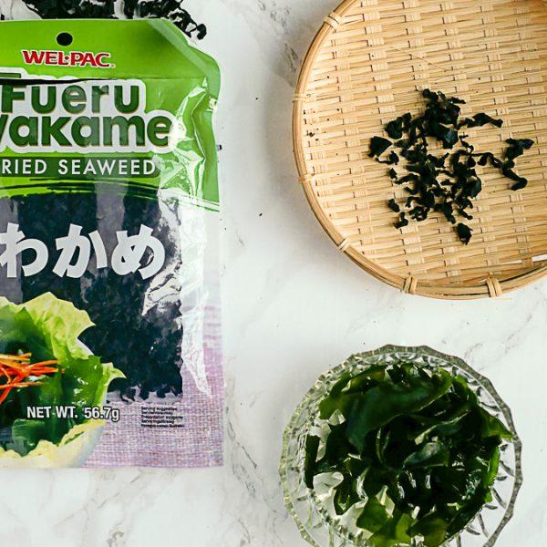 Deze krulwier koop je meestal in gedroogde vorm en moet voor gebruik geweekt worden. De ziltige smaak van de wakame zeewier is heerlijk in soep en salade.