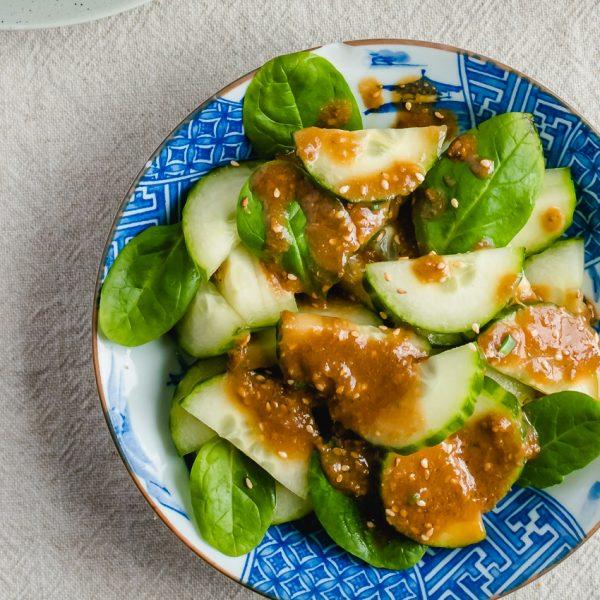 Nooit meer saaie salades dankzij deze smaakvolle vegan Japanse dressing met miso, sesam en gember! Ook erg lekker over koude soba noedels en quinoa.