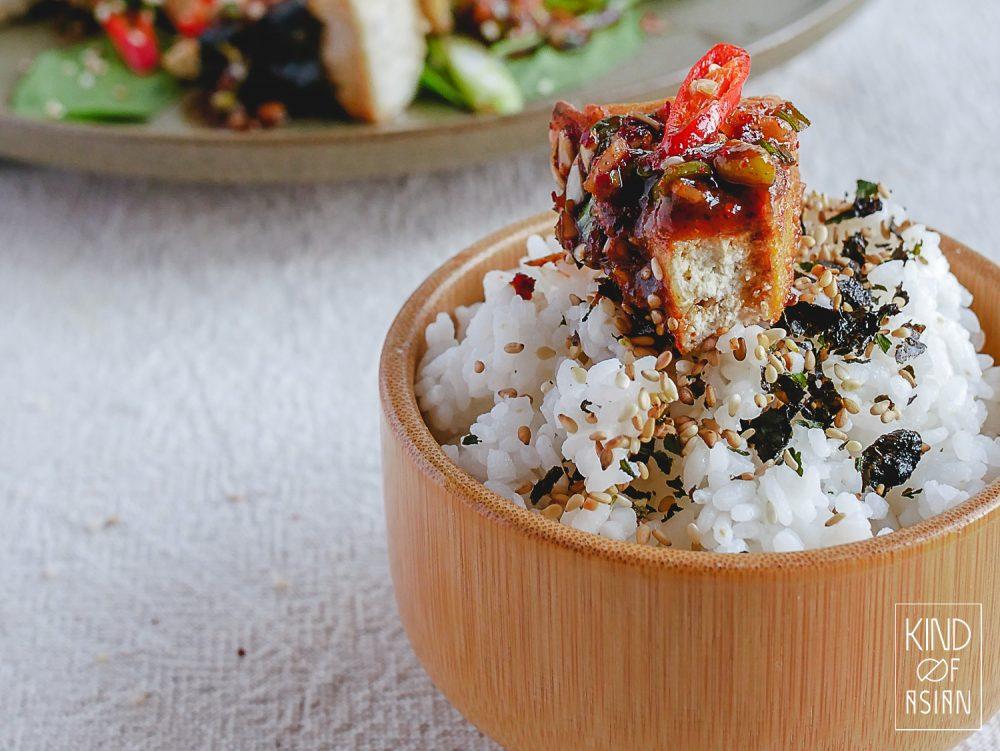 Gestoomde sushirijst met tofu in pittige Koreaanse saus met chilipoeder, knoflook, sojasaus en bosui.