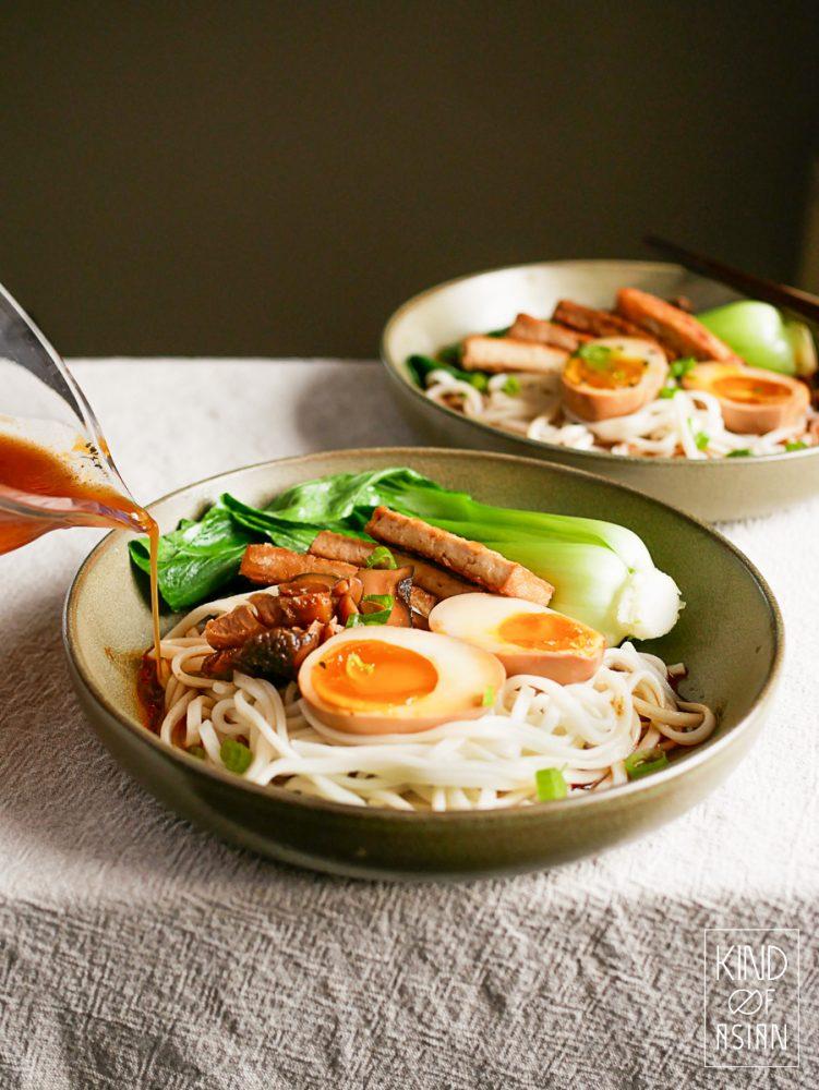 Makkelijk recept voor vegetarische ramen met soja-ei. Dit is ook een efficient recept; van de marinade van de eieren, tofu en shiitakes maak je de smaakvolle bouillon.