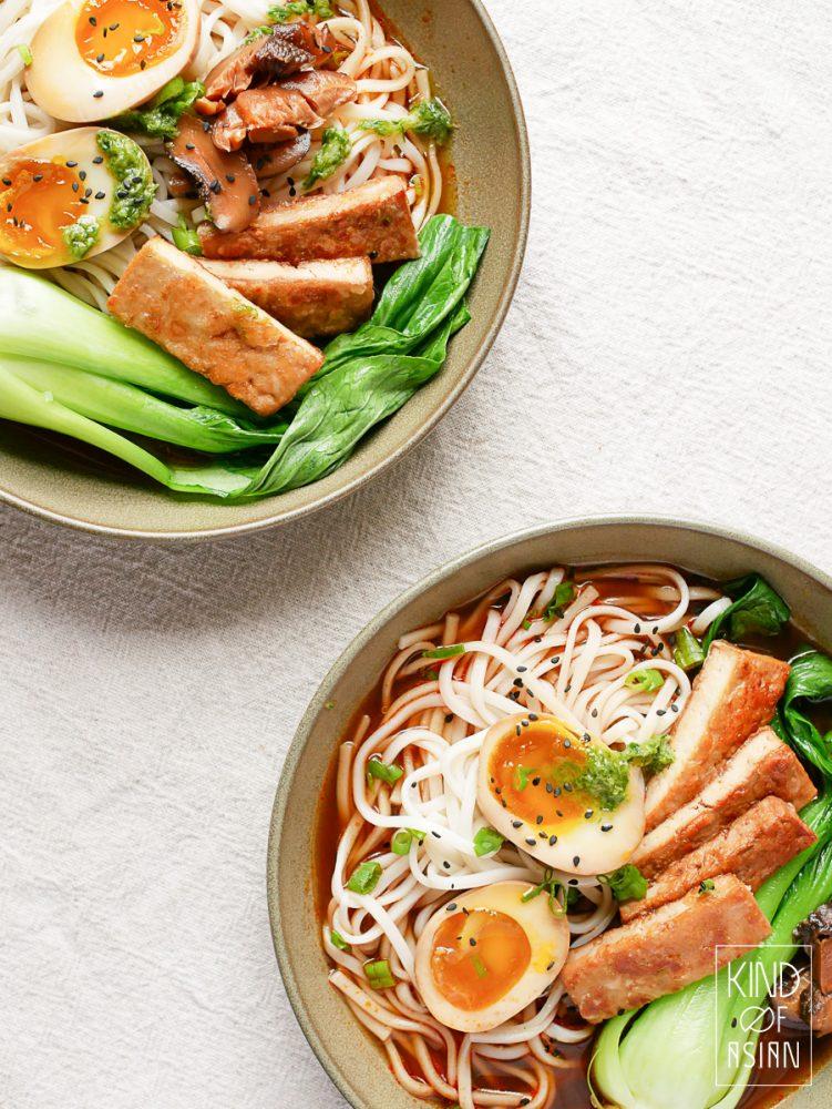 Makkelijk recept voor vegetarische ramen met soja-ei. Dit is ook een efficient recept; van de marinade van de eieren, tofu en shiitakes maak je de smaakvolle bouillon. Vegan? Vervang de eieren door wakame en meer shiitakes. #veganramen #vegetarischenoedelsoep #noodlesvegetarisch #vegetarisch