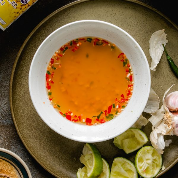 Deze vegan Vietnamese dipsaus is net zo limoenfris, pittig en umami-rijk als de traditionele versie (met vissaus): onmisbaar in Vietnamese recepten.