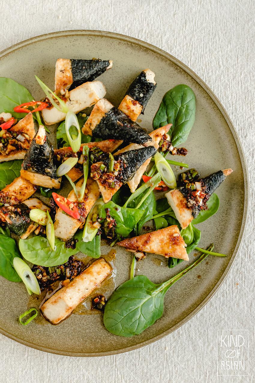 Denk je dat tofu bereiden lastig is? Niet dit recept: tofu paneren, krokant bakken en de ingrediënten voor de pittige Koreaanse saus mengen. Binnen een half uur staat het op tafel!