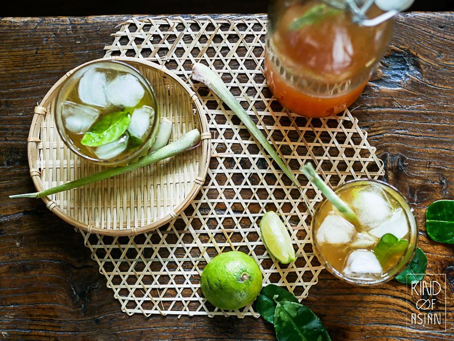 Maak zelf limonade met fris citroengras, limoenblad, gember en palmsuiker. Een slok van de ijskoude limonade met vers limoensap en je waant je aan het strand in Vietnam!