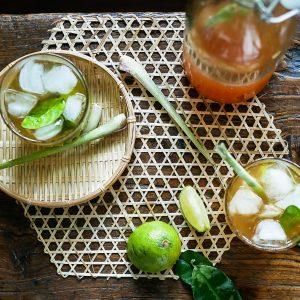 Verlang je naar de zon? Maak zelf limonade met fris citroengras, limoenblad, gember en palmsuiker. Een slok van deze ijskoude limonade met vers limoensap en je waant je op het strand in Vietnam!