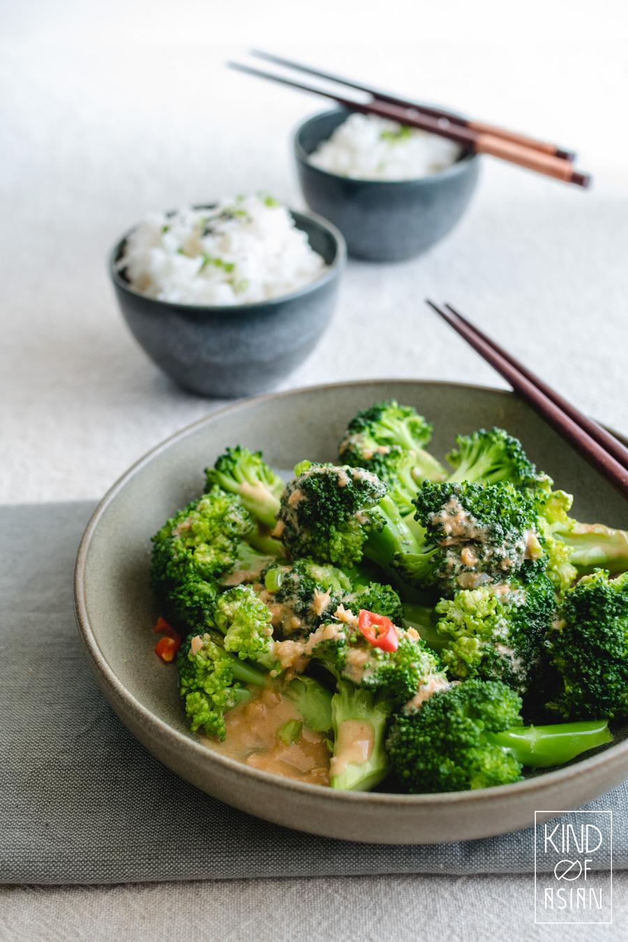 Gefermenteerde tofu lijkt op zachte kaas met een scherpe smaak. Maak hiermee een snelle en umami-rijke Chinese saus voor groenten zonder de calorieën van gewone kaas! Pep hiermee al je gestoomde groenten op. Of gebruik het als roerbaksaus.. #sausvoorgroente #roerbaksaus #broccoli #vegansaus #chinesesaus #groentenrecepten