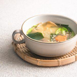 Pakken soep vol smaakversterkers? Of houdbare Japanse soepbasis-ingrediënten waarmee je snel deze makkelijke vegan misosoep maakt? Ik kies voor het laatste. #misosoep #vegansoep #makkelijkesoep #veganrecepten #japanseten #veganmisosoup