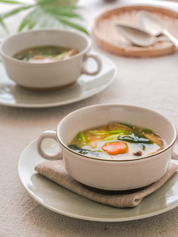 Zet een pan met water, kombu en shiitakes een nacht in de koelkast. En de volgende dag heb je in een handomdraai deze makkelijke vegan misosoep! #misosoep #vegansoep #makkelijkesoep #veganrecepten #japanseten #veganmisosoup