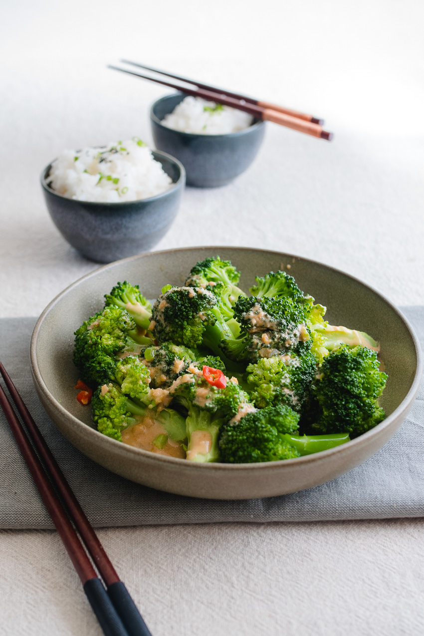 Gefermenteerde tofu is het beste te omschrijven als een vegan zachte kaas met een scherpe, pittige smaak. Maak met dit ingredient binnen enkele minuten een umami-rijke Chinese saus voor groenten zonder de calorieën van gewone kaas!