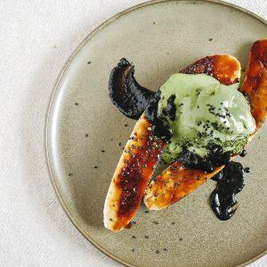 Een makkelijk vegan nagerecht met gegrilde banaan met krokante suikerlaag. Serveer met matcha-ijs en zwarte sesamsaus voor een Aziatisch dessert op restaurantniveau! #nagerechtmakkelijk #veganistischerecepten #vegandessert #aziatischerecepten #makkelijk #banaannagerecht #matcha