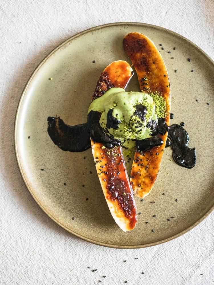 Gek op creme brûlée maar te lui om het te maken? Dan is dit recept voor jou! Een makkelijk en snel vegan nagerecht van gegrilde banaan met een krokante suikerlaag. Serveer met matcha-ijs en zwarte sesamsaus voor een Aziatisch dessert op restaurantniveau! #nagerechtmakkelijk #veganistischerecepten #vegandessert #aziatischerecepten #makkelijk #banaannagerecht #matcha