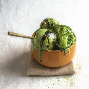 Recept voor romig vegan matcha-ijs zonder ijsmachine. Perfect dessert na een Japans of Chinees diner.#ijzonderijsmachine #matchaijs #groenethee