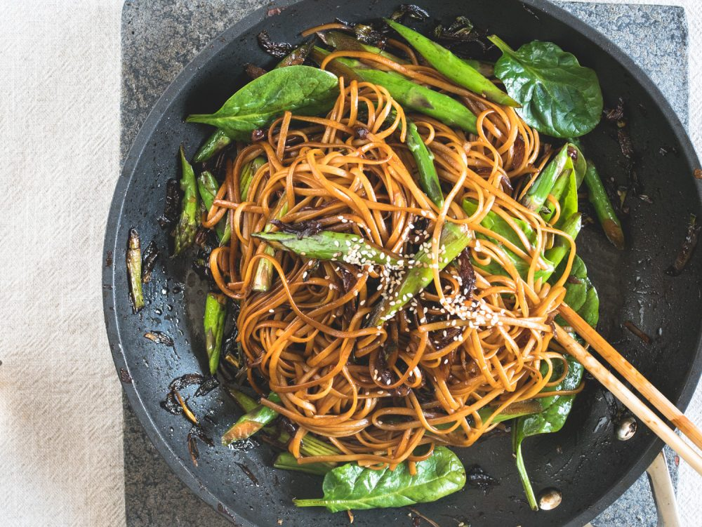 Voor deze chewy, smaakvolle noodles hoef je niet met een boodschappenlijst naar de toko. Waarschijnlijk heb je alles wat je nodig hebt voor deze 6-ingrediënten Chinese vegan noodles met lenteui-olie al in huis! Dit makkelijke recept is perfect voor een snelle doordeweekse vegan maaltijd. #vegannoodles #veganmakkelijk #noedels #makkelijkrecept #doordeweeksdinner