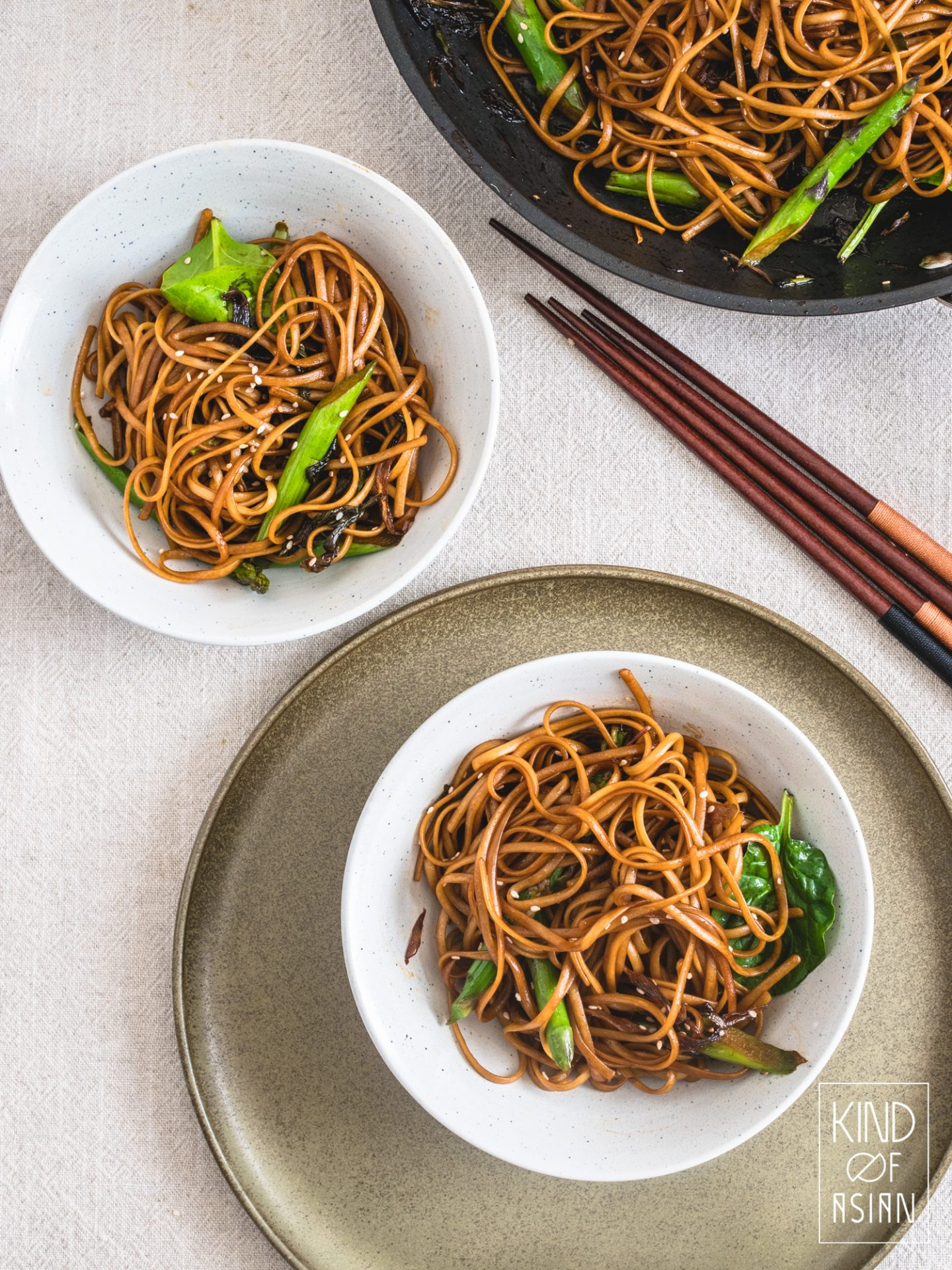 Met ingrediënten uit de supermarkt maak je deze deze chewy en smaakvolle noodles. Maar de kans is groot dat wat je nodig hebt voor deze 6-ingrediënten Chinese vegan noodles met lenteui-olie al in huis hebt! Een makkelijke recept voor een snelle doordeweekse vegan maaltijd. #vegannoodles #veganmakkelijk #noedels #makkelijkrecept #doordeweeksdinner